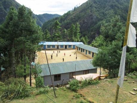 La scuola di Monjo a cui i bimbi arrivano a piedi da tutte le altre località.